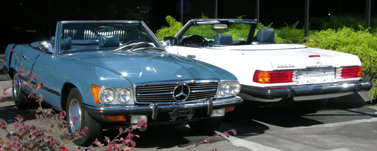 Bookends for the entire 107 series: A medium blue 1972 350 SL contrasts arctic white 1989 560SL. This was a massively successful range of SLs.